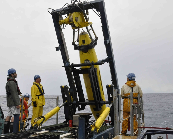 The crew prepares a Remus submarine to search the ocean floor. (Courtesy Woods Hole Oceanographic Institution)